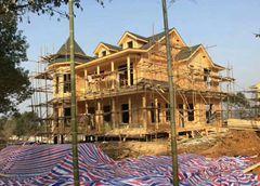 一栋外部木制装修的轻钢别墅